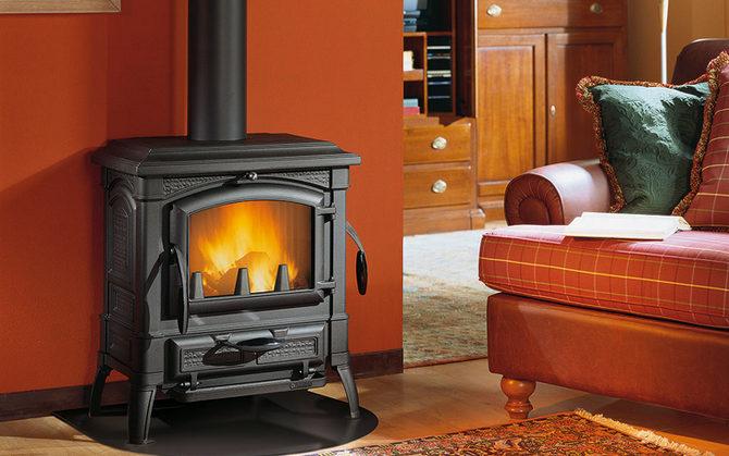 Чугунная печь-камин на дровах длительного горения
