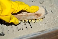 Чистка решётки камина металлической при помощи щётки