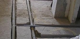Теплоизолированные трубы отопления в штробе